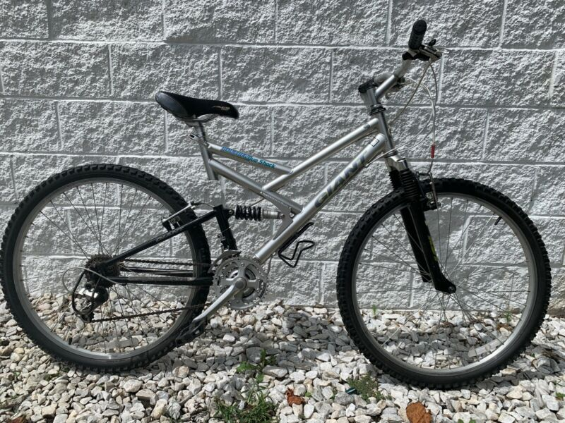 GIANT Boulder Duo Shock Mountain Bike 18.5 in Frame 21 Speed - Low Miles - NICE