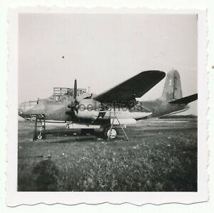 Foto-Soldaten-der-Wehrmacht-an-einem-russischen-Bomber-Flugzeug-Beute-Maschine