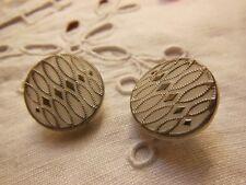 duo élégants boutons anciens en verre blanc argent relief motif diamètre: 1,7 cm