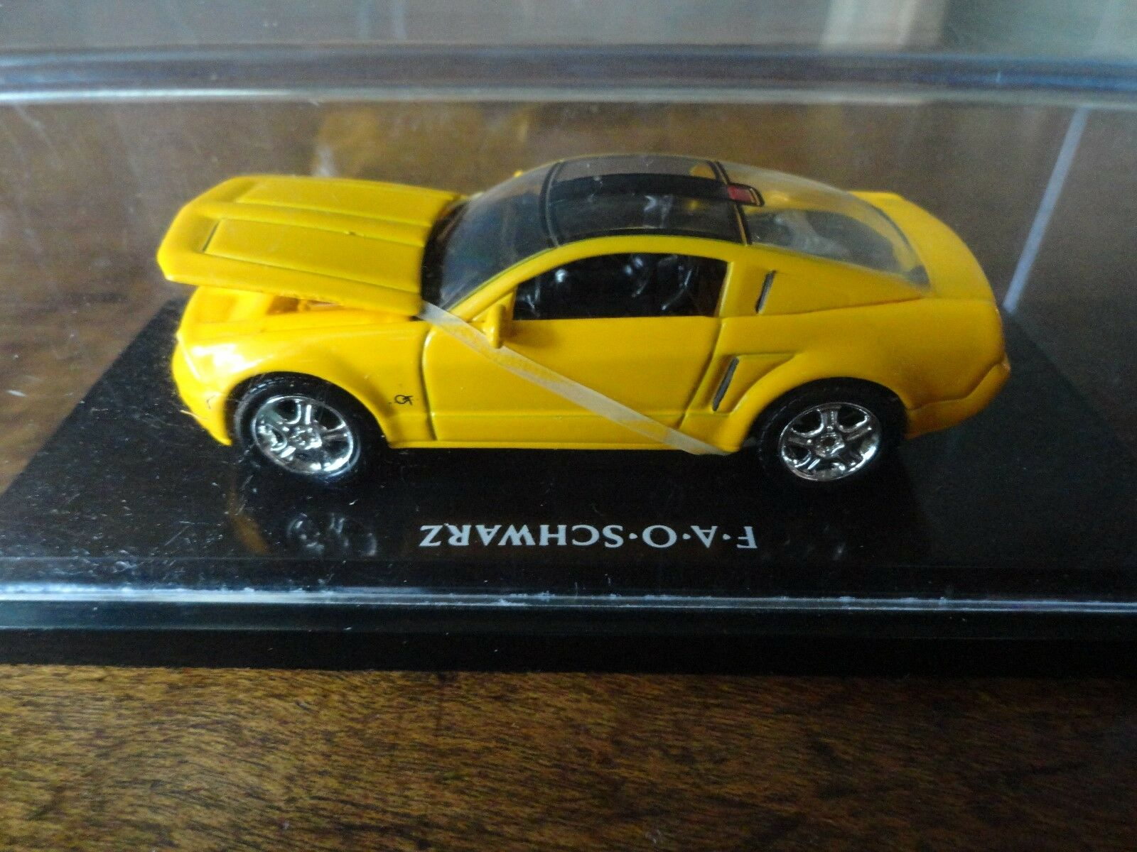 Gelbe mustang gt f-a-o-schwarz hot wheels druckguss auto im schaukasten