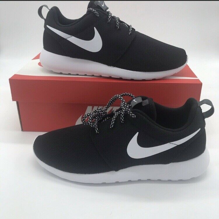 Nike Black White Women's shoes Roshe Roshe Roshe One Casual 844994-002 Roshe Size 7 da28ab