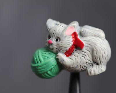 / Wunderschön bemaltes Kinderknopf-Duo - Katze mit Wollknäuel - wohl ab 2010