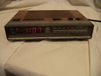 GE General Electric AM/FM Clock Radio, Model 7-4624B, wood finish, vintage
