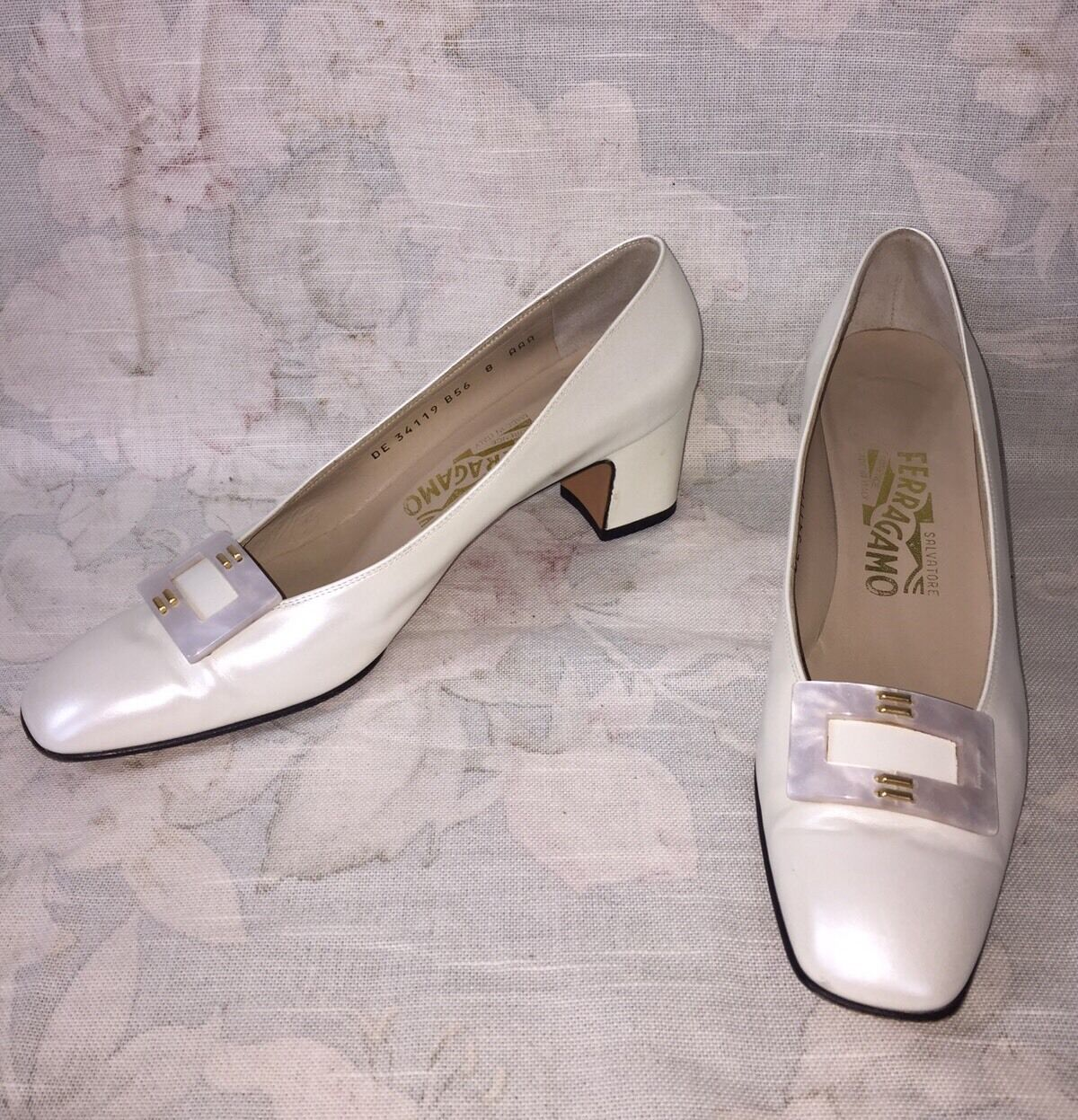 Salvatore Ferragamo ITALY Pearl WEISS Leder Pumps with Pearl Buckle sz 8 AAA