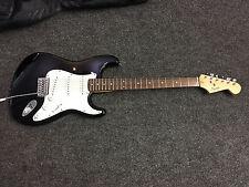 Squier Bullet Stratocaster Guitarra Eléctrica con bolsa Gig Bag Acolchado