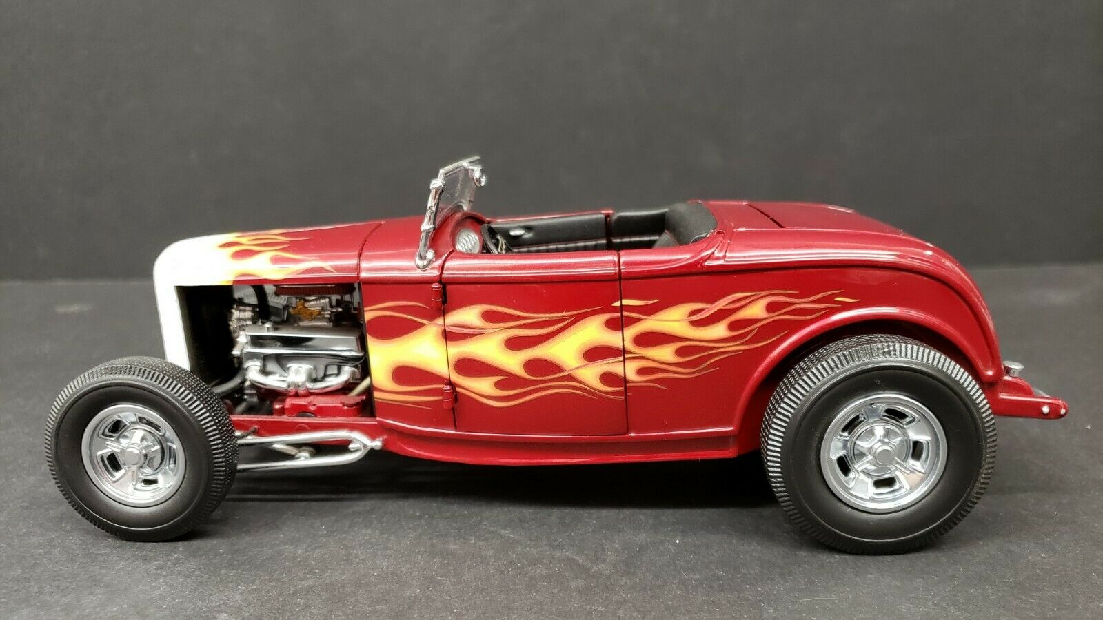 GMP 1932 FORD ROADSTER FLAMES 1 18