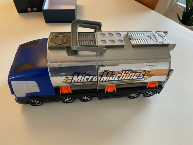 MicroMachines, Micro Machines, Stor lastbil der foldes ud…