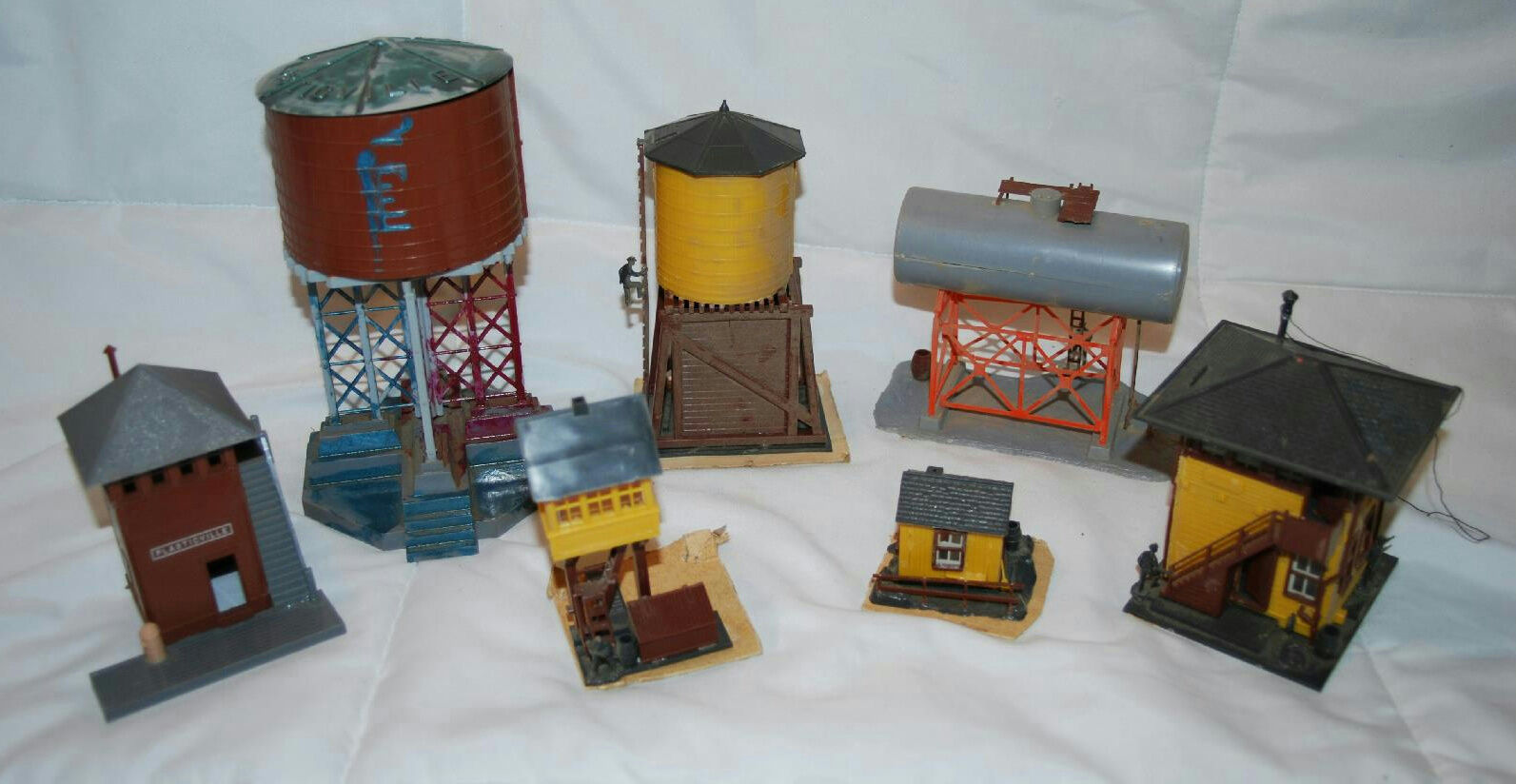 LOT OF 5 REVELL 1958 MODEL TRAIN BUILDINGS & 2 PLASTICVILLE WATER TOWER W PEOPLE
