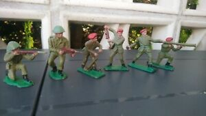 Vintage-Plastic-soldiers-CRESCENT-TOY-4-Red-Berets-2-british-soldiers-WWII