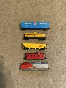 Bachmann Santa Fe Toy Train with 4 additional Cars in Ex. Condition HO Scale