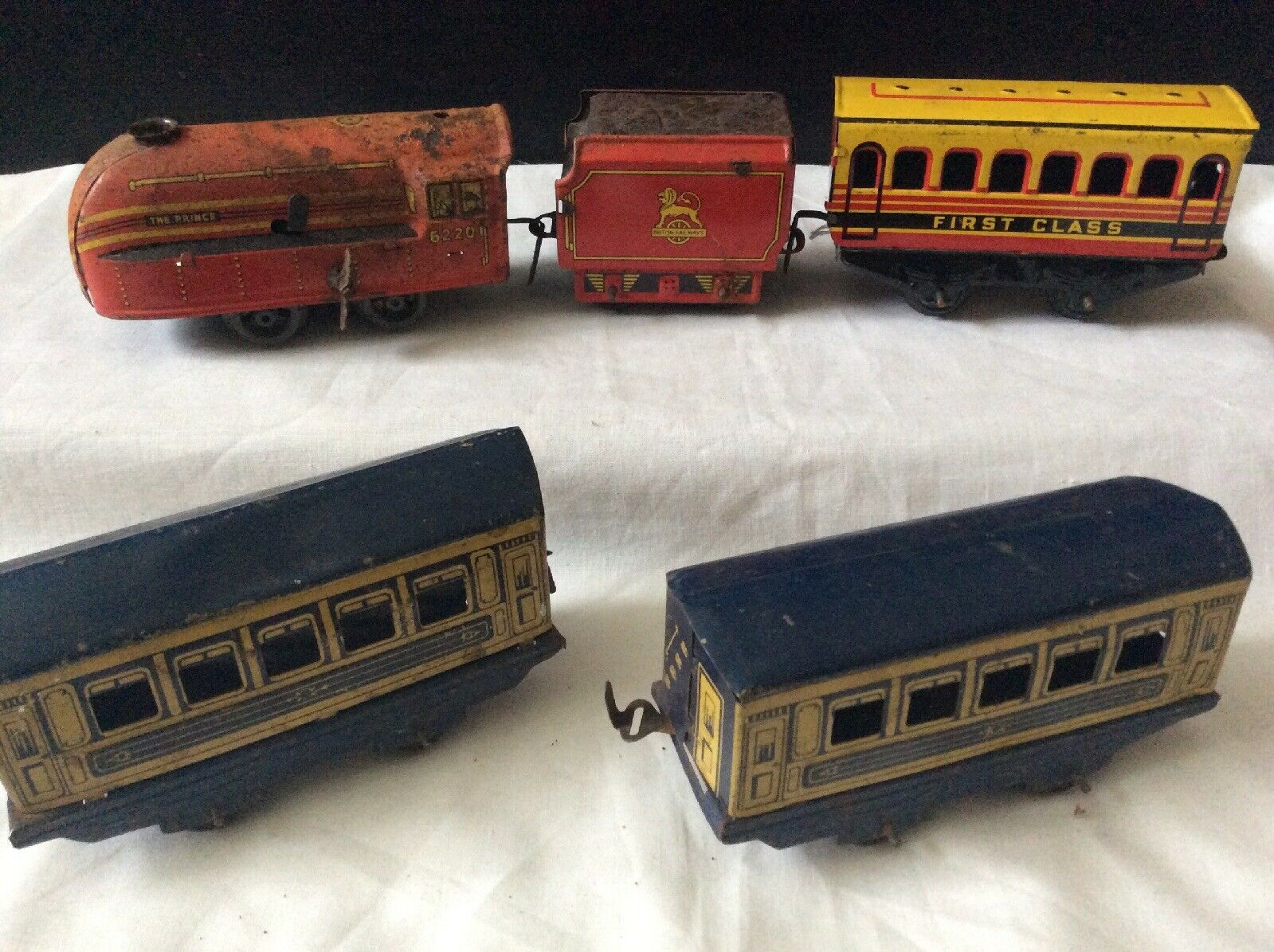 Vintage Tin Plate Clockwork Locomotive And Three Carriges..working Loco Unamed.