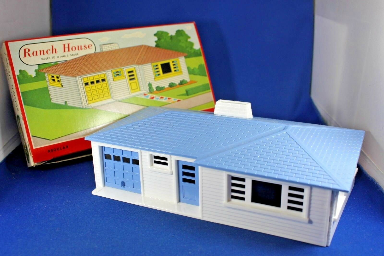 Plasticville - O-O27 - Ranch House - White Sides - bluee Roof & Trim .