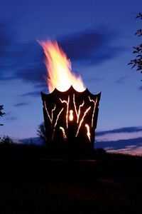 Feuerkorb-Mystik-mit-Rissdekor-Feuerstelle-Gartenfeuer-in-Rost