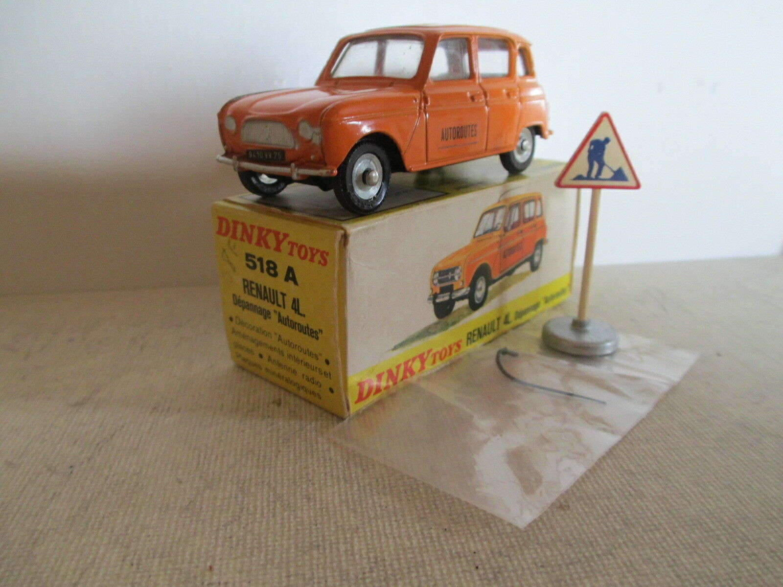 Dinky 518 a Renault 4L R9, cajas raras, muy bonitas.