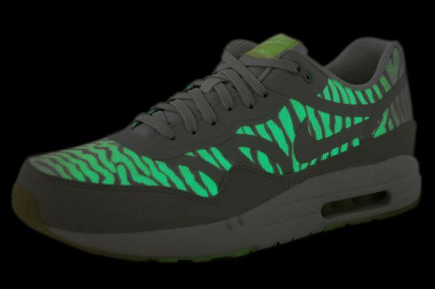 b97d85ba0e65 Nike Air Max 90 CMFT PRM Tape Mens Sz 11 616317-103 Glow in The Dark White  for sale online