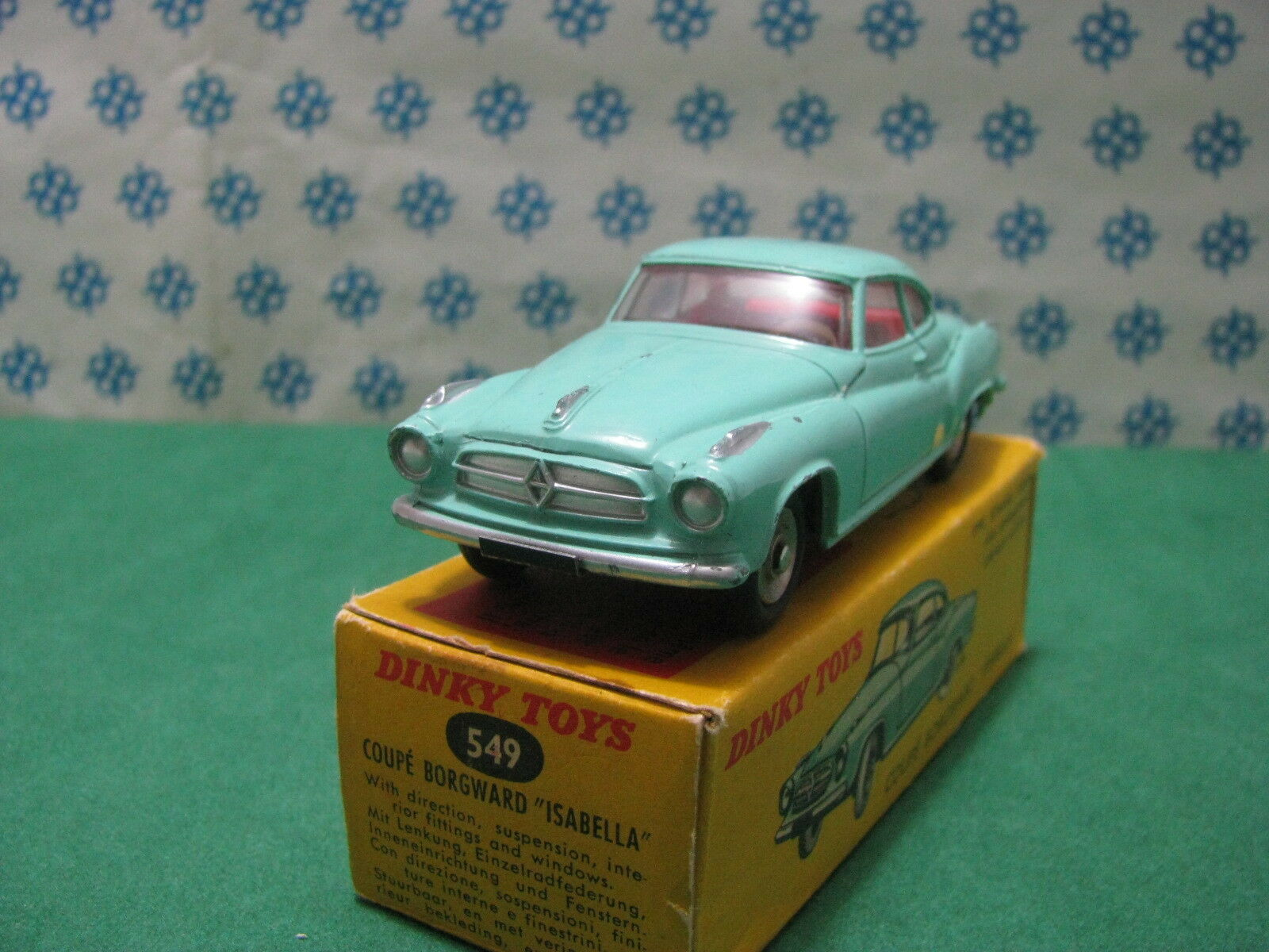 DINKY TOYS 549 - BORGWARD ISABELLA Coupe with direction