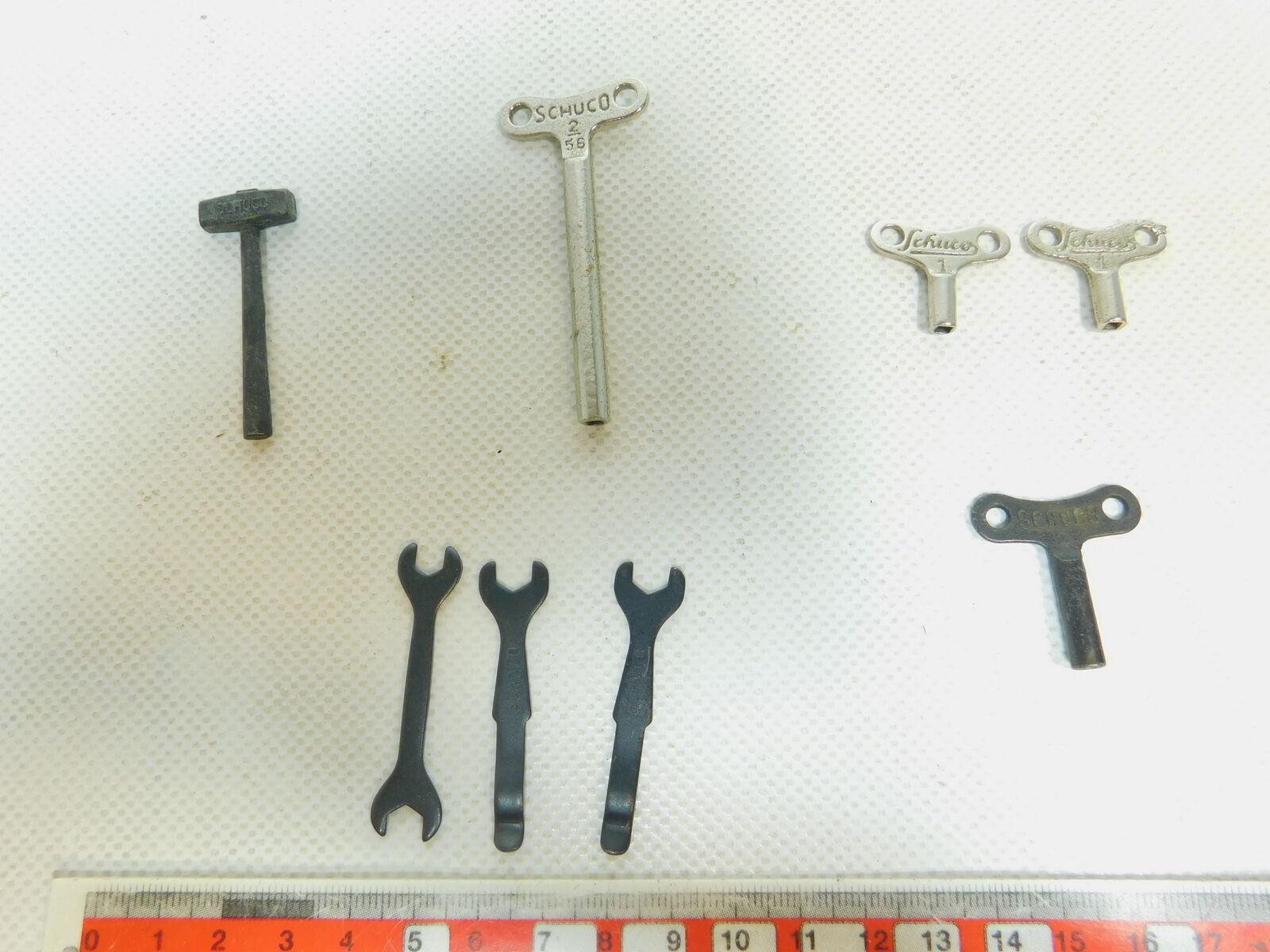 BE906-0,5  Schuco Uhrwerkschlüssel No 1+2   Werkzeug - 8 Teile; s.g.