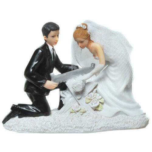 Tortenaufsatz Deko Brautpaar Hochzeitspaar Brautpaar sägt Baumstamm