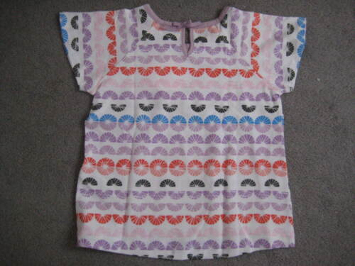 BNWT M/&S T SHIRT IN LILAC//WHITE /& COLOUR SHAPES WITH SHORT SLEEVES AGE 3-4Y
