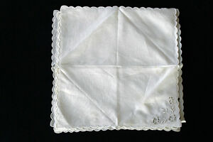 SIX-VINTAGE-1940-039-S-WHITE-LINEN-NAPKINS-EMBROIDERED-amp-SCALLOPED-EDGES-13-039-X-13-034