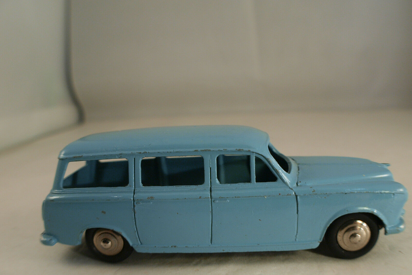 Dinky toys 24f f peugeot 403 familiale rarely played