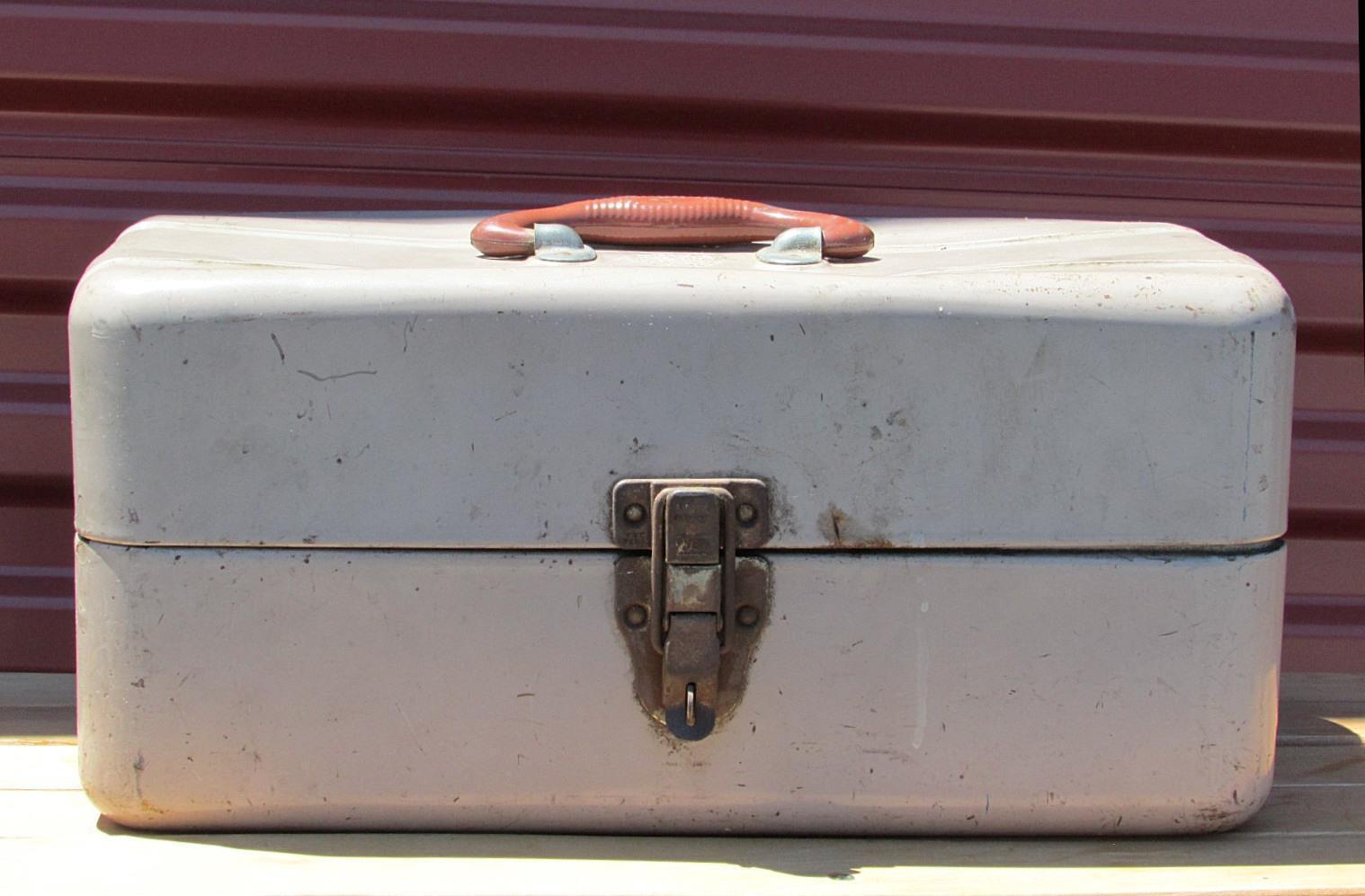 Vintage Unión de metal caja de aparejos de pesca & contenido lleno de señuelos, Cucharas, Corchos +