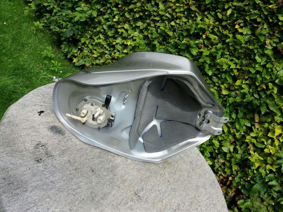 Yamaha R6 årg. 2004: Tank og benzinpumpe
