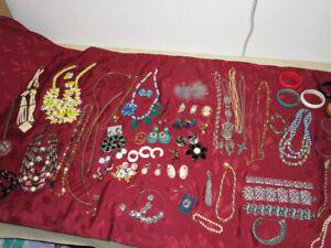 Pretty-Vintage-Jewelry-Lot-of-52-Necklace-Set-Earrings-Bracelets-60-039-s-70-039-s-80-039-s