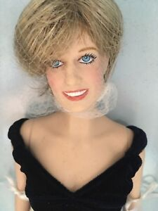Franklin-Mint-PRINCESS-DIANA-16-034-Vinyl-Doll-in-Velvet-Gown-Ensemble-NRFB-w-Stand