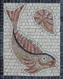 Pierre Joue Avec Des Carreaux De Mosaique