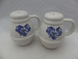 Pfaltzgraff-Yorktowne-Stove-top-Salt-and-Pepper-shaker-set-w-stoppers-EUC