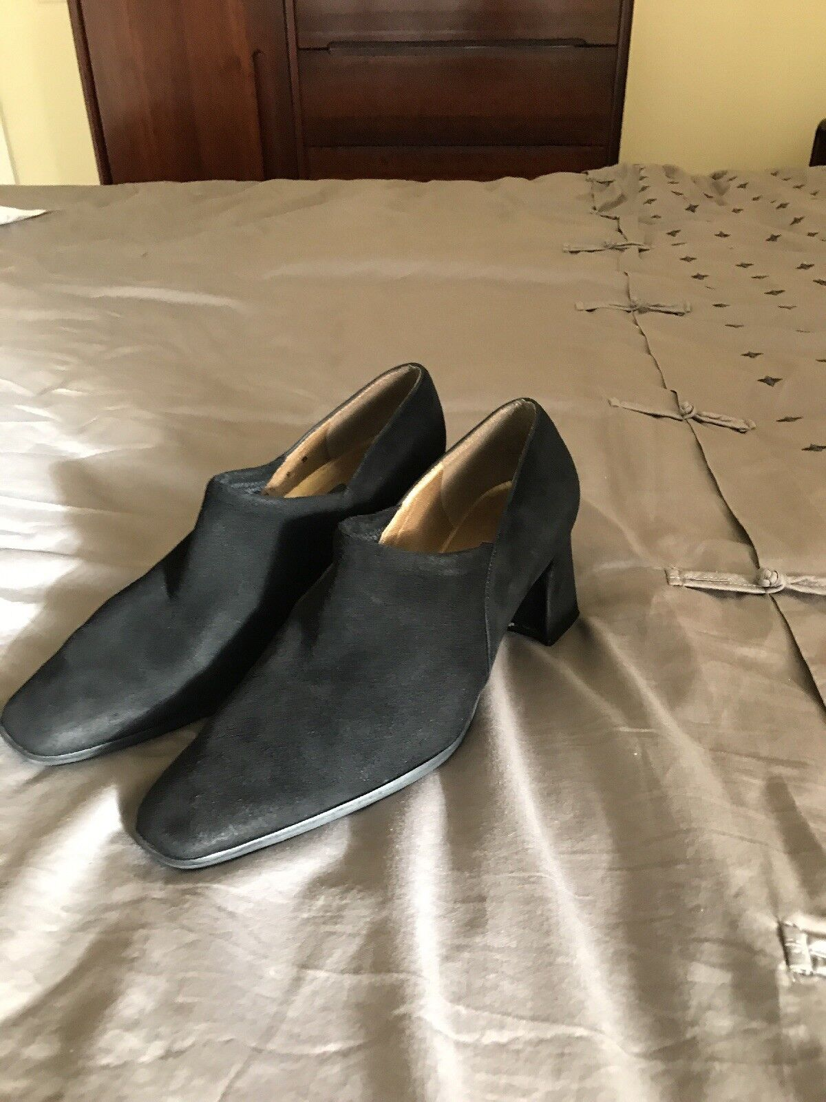 Stuart Weitzman Dimensione 9 B nero suede scarpe avvioies pumps, block heels EUC