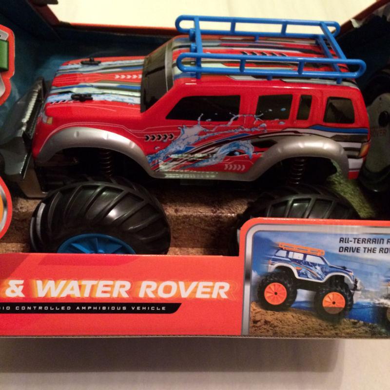 Blauer hut spielzeugfirma an land und im wasser rover - rot