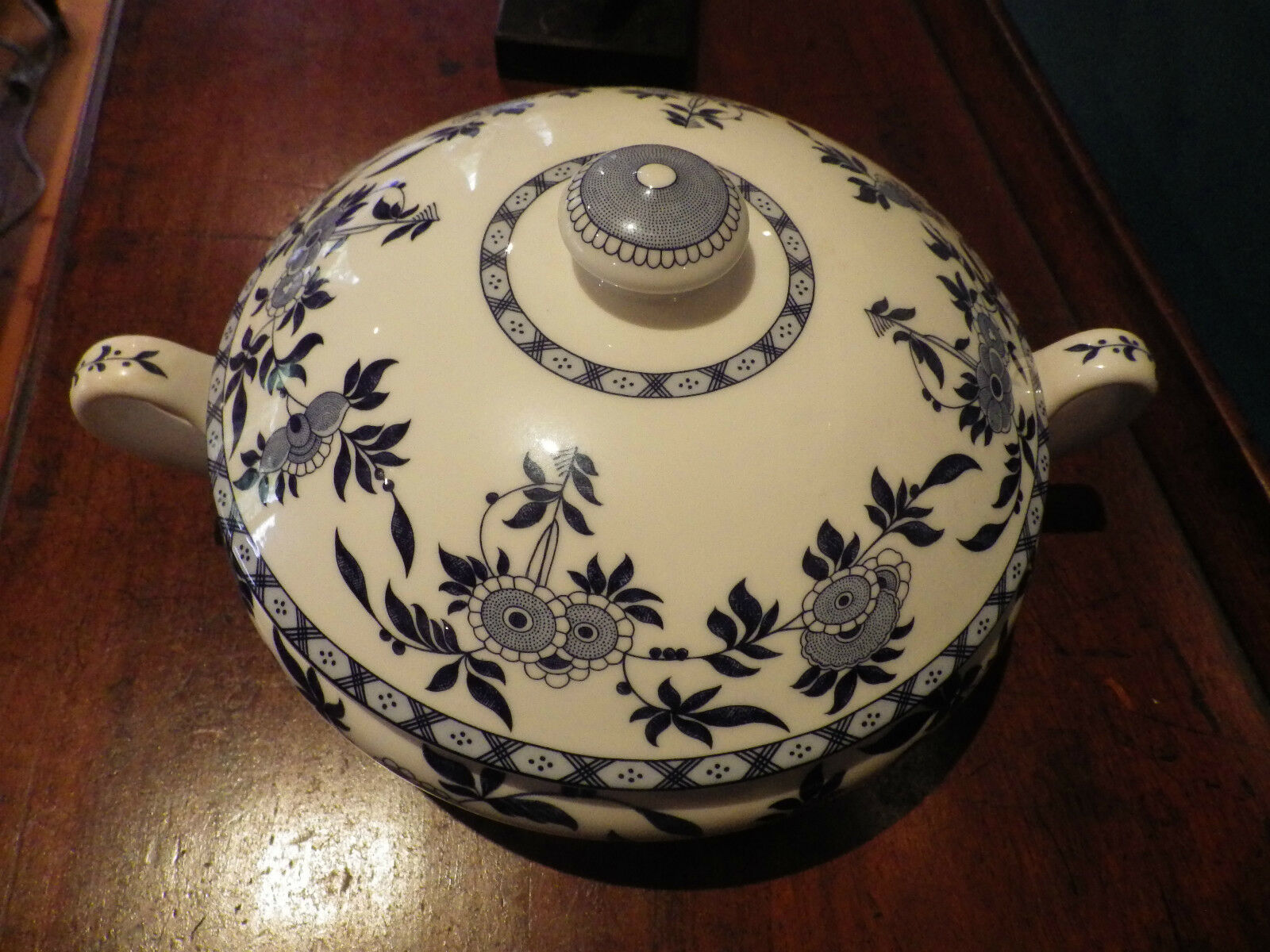 Round Coverouge Vegetable in bleu Delft by Minton
