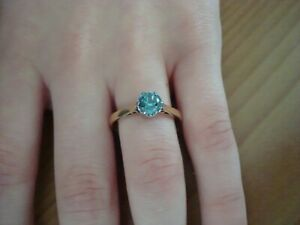 BEAUTIFUL GLAMOROUS LIGHT BLUE SOLITAIRE - 18CT YELLOW GOLD RING SIZE M