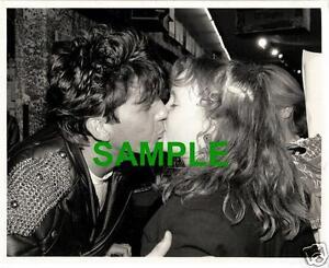 ORIGINAL-1988-PRESS-PHOTO-SIMON-CLIMIE-OF-CLIMIE-FISHER-KISSES-FAN