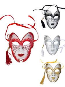 Gesichtsmaske mit Quaste