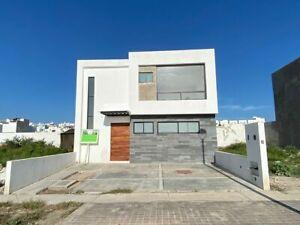 En Venta Casa en Juriquilla, San Isidro, 3 Recamaras, Jardín, Equipada, C.142 m2