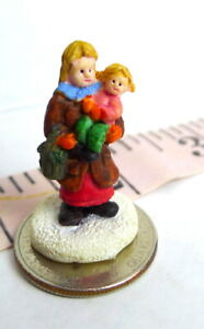 Christmas-Miniature-Victorian-Village-Mother-and-child-Grandeur-Noel-1995-imp
