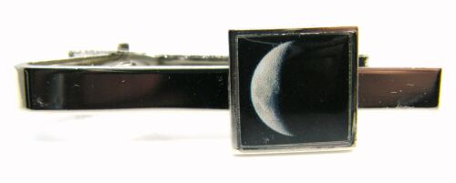 CRESCENT MOON DESIGN TIE CLIP PIN SLIDE MENS GENTS NOVELTY BADGE IN GIFT POUCH
