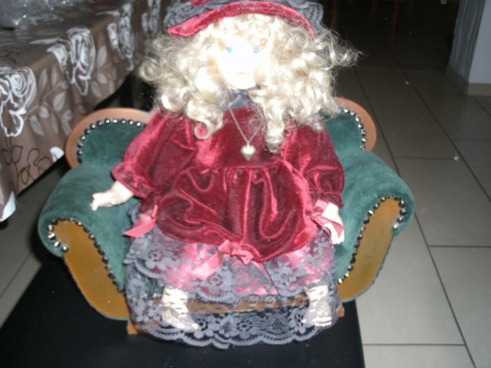 Sehr schönes dekoratives Puppensofa mit Porzelanpuppe