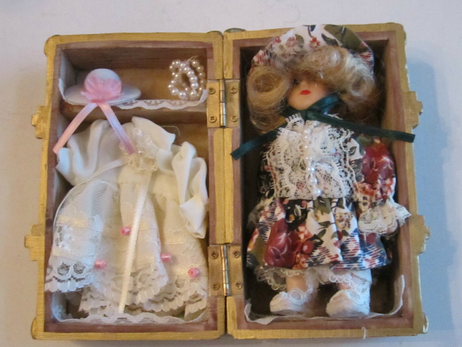 VINTAGE HEAVY WOOD DOLL CHEST WITH DOLL - 5 3 4  X 3 1 2  X 2 3 4   -   TUB D