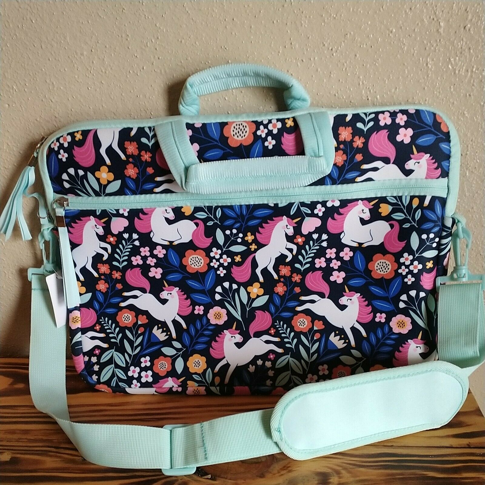 Beautiful laptop case! Has shoulder strap to carry, brand new- never used!