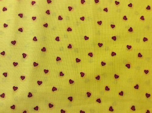 2 x 2 Range-cœurs rouges sur Bright fond jaune Fabri-Quilt 100/% coton