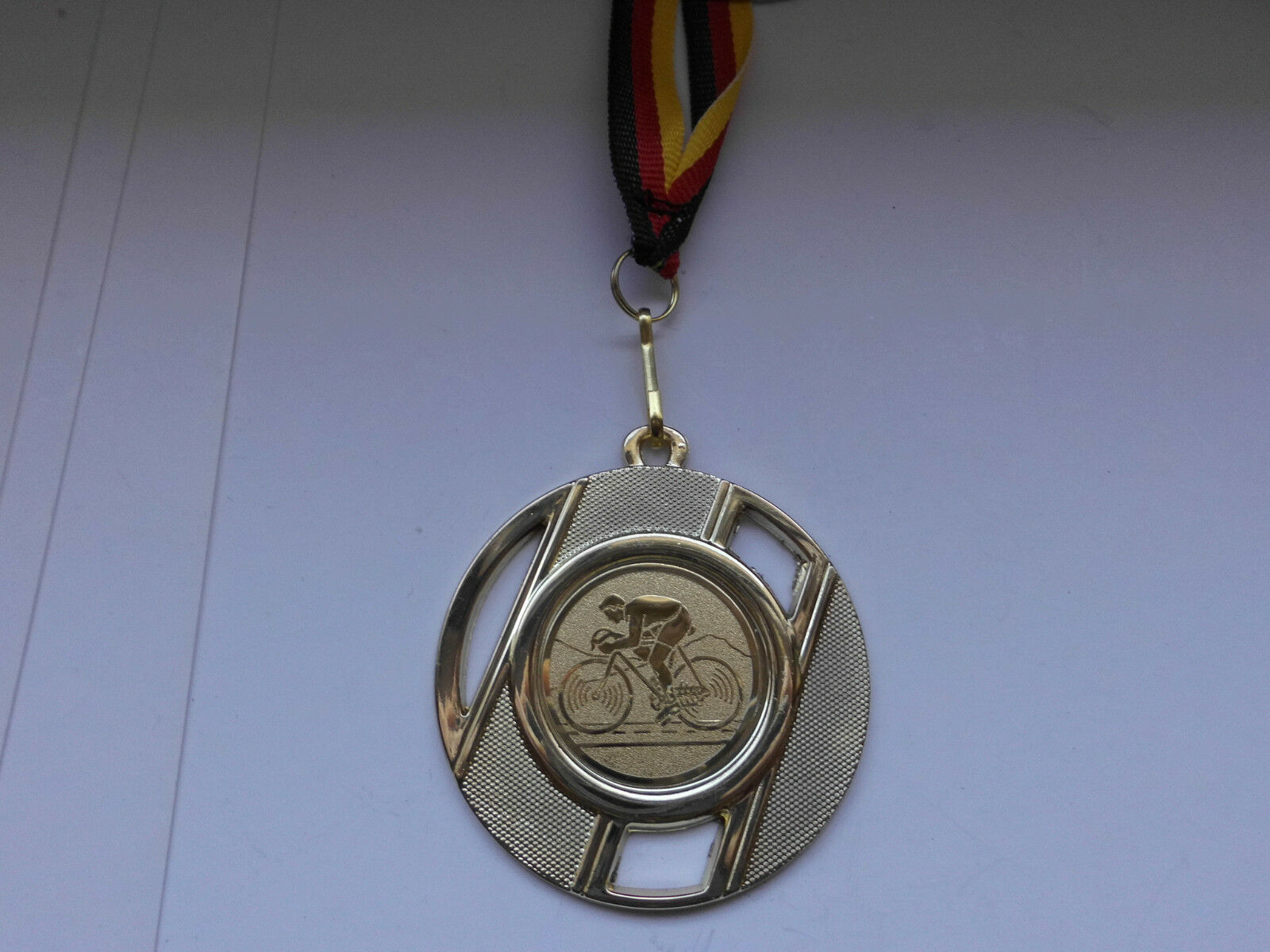 Radfahren Pokal Kids 50 x Medaillen Pokale m. Deutschland-Band Turnier Emblem Pokale Medaillen 4aabc8
