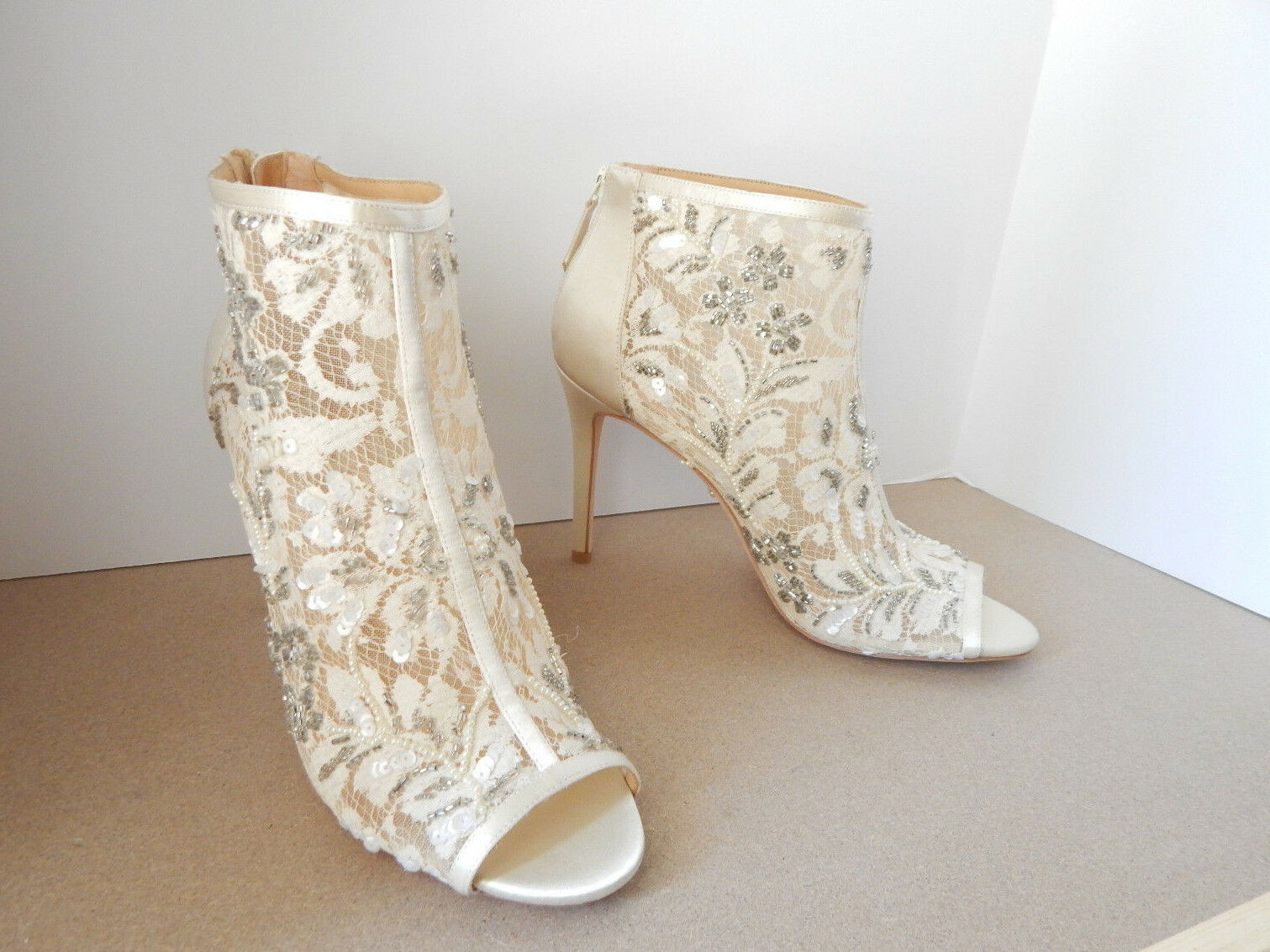 BADGLEY MISCHKA 10 ANKLE BOOTIES LACE SATIN  IVORY MOYRA SOLD OUT  SATIN 225 EUC 5b7f53