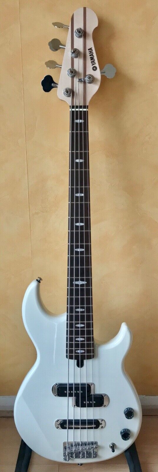 Image 1 - Yamaha BB425 5 string bass guitar in Vintage White. (SPARES / REPAIR ONLY)