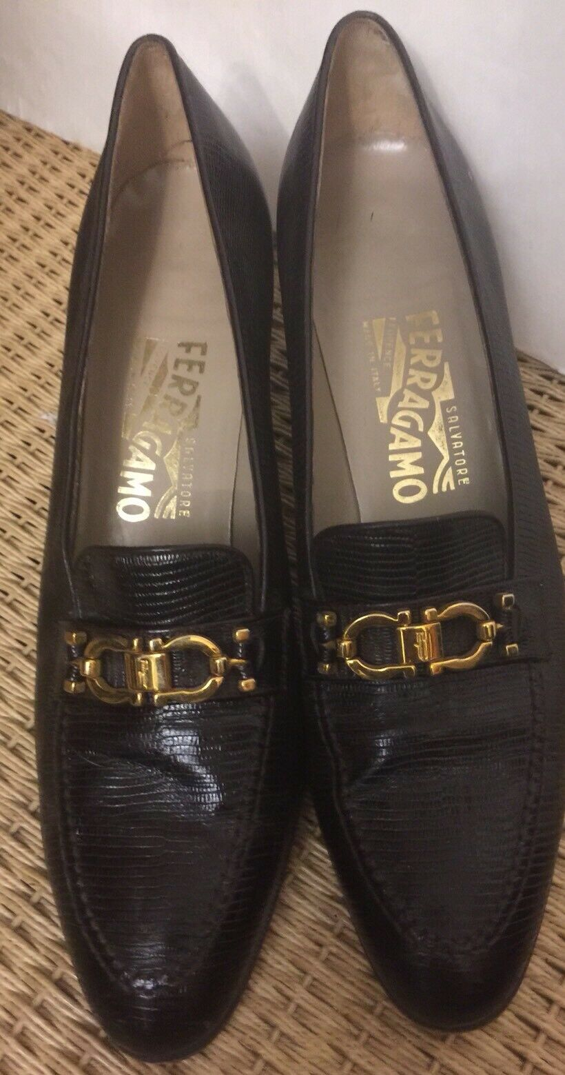 FERRAGAMOS noir boucle dorée Classis Talons Taille 9.5 AA Chaussure
