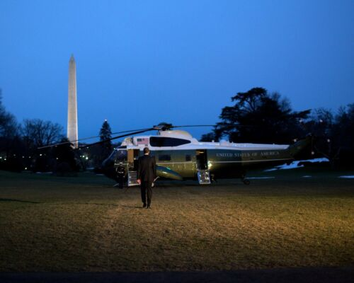 BARACK OBAMA PREPARES TO BOARD MARINE ONE ON THE SOUTH LAWN 8X10 PHOTO ZY-518