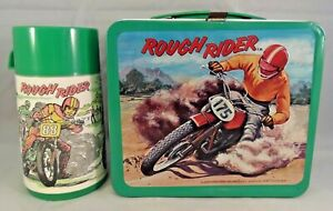 1973-VINTAGE-ALADDIN-ROUGH-RIDER-LUNCHBOX-amp-THERMOS-NEAR-MINT